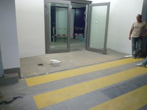 Zustand mit eingebauter Tür und angepasstem Belag
